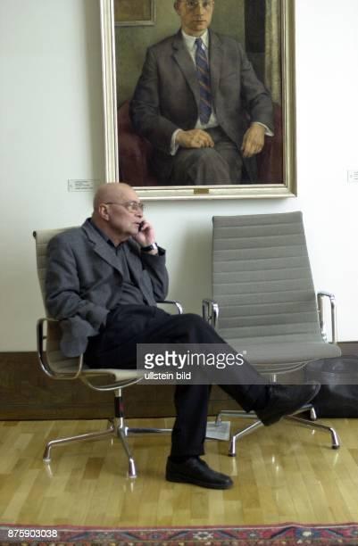 Der Politiker Heinz Schleußer früherer Finanzminister von NordrheinWestfalen sitzt nachdenklich in einem Stuhl