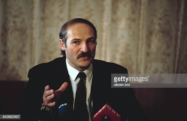 Der Politiker und weißrussische Präsident Alexander Lukaschenko spricht in aufgestellte Mikrofone und gestikuliert dabei mit der Hand Aufgenommen um...