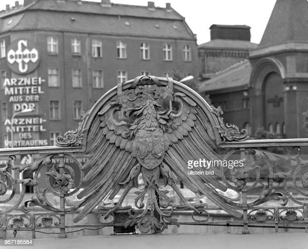 Der Preußische KönigsAdler an der WeidendammBrücke in der Friedrichstraße in Berlin undatiertes Foto von 1977 Am Eckhaus im Hintergrund am...