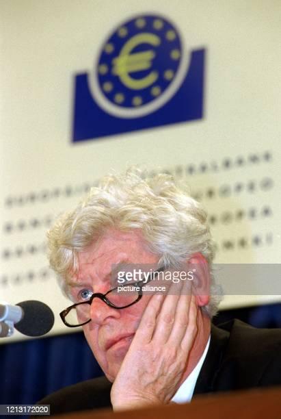 Der Präsident der Europäischen Zentralbank Wim Duisenberg stellt sich am 3111998 in Frankfurt/Main den Fragen der Journalisten Die von...