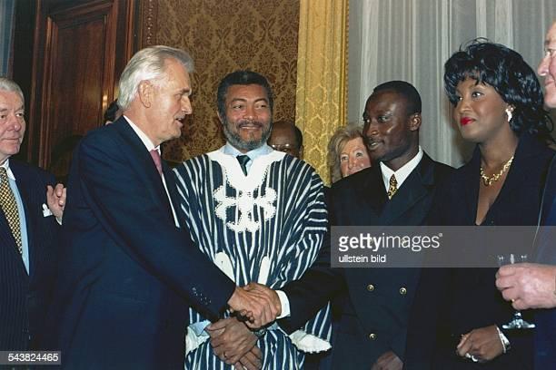 Der Präsident der Republik Ghana Jerry John Rawlings während eines Senatsempfangs im Kaisersaal des Hamburger Rathauses Er beobachtet lächelnd wie...