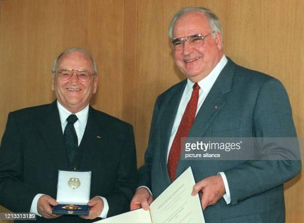 Der Präsident des Deutschen Fußballbundes, Egidius Braun , mit dem Bundesverdienstkreuz mit Stern, das ihm Bundeskanzler Helmut Kohl am 13.2.97 im...