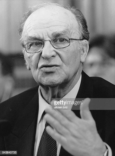 Der Präsident von BosnienHerzegowina Alija Izetbegovic Er redet mit großer Geste Aufgenommen April 1995