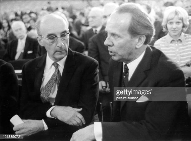 Der Psychoanalytiker, Publizist und Friedenspreisträger des Börsenvereins des Deutschen Buchhandels 1969 im Gespräch mit dem Messedirektor Sigfred...