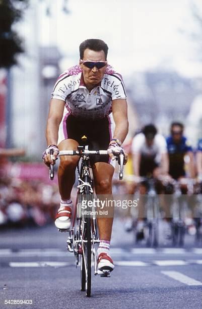 Der Radrennfahrer Erik Zabel im Telekomtrikot während eines Rennens. Undatiertes Foto.