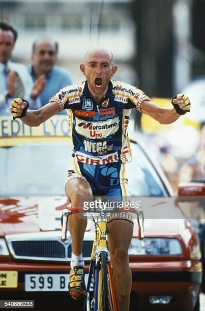 Der Radrennfahrer Marco Pantani schreit seinen Jubel heraus. Aufgenommen um 1997.