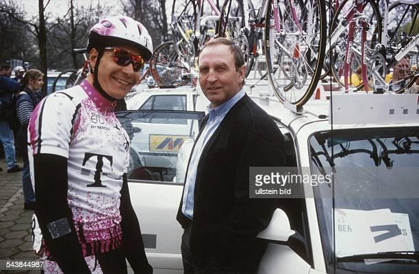 Der Radrennsportler Erik Zabel vom Team Telekom im Gespräch mit dem Sportlichen Leiter des Rennstalls, Walter Godefroot. Aufgenommen um 1995.
