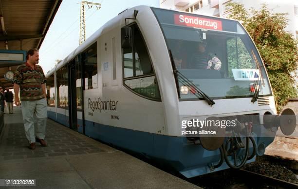 """Der """"Regio-Sprinter"""" am 17.8.1995 im Bahnhof in Frankfurt-Hoechst. Die Deutsche Bahn AG und der Rhein-Main-Verkehrsverbund stellten den..."""