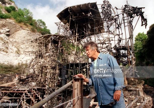 Der Regisseur der Bad Segeberger Karl-May-Festspiele, Ex-Winnetou-Darsteller Pierre Brice, betrachtet am 30.6.1999 die ausgebrannte Kulisse der...