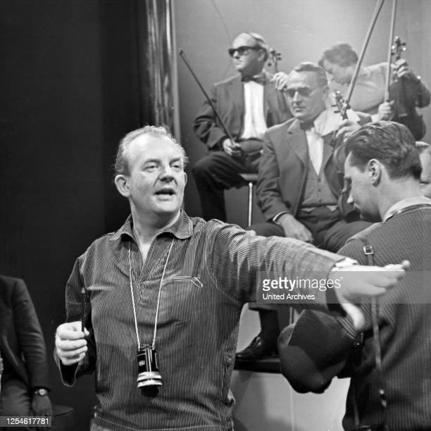 """Der Regisseur der NDR Musiksendung """"Musik für Millionen"""", Deutschland 1960er Jahre."""