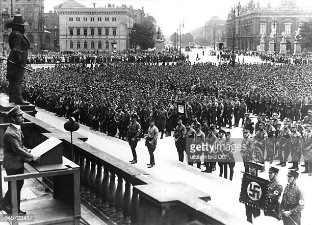 Der Reichsminister für Volksaufklärungund Propaganda Joseph Goebbels sprichtzur SABrigade 'Horst Wessel' im BerlinerLustgarten im Hintergrund Blick...