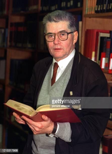 Der Rentner Hermann Süß erhält am 24 Januar 1997 den Ehrendoktorhut der Philosophischen Fakultät der Universität ErlangenNürnberg Der ehemalige...