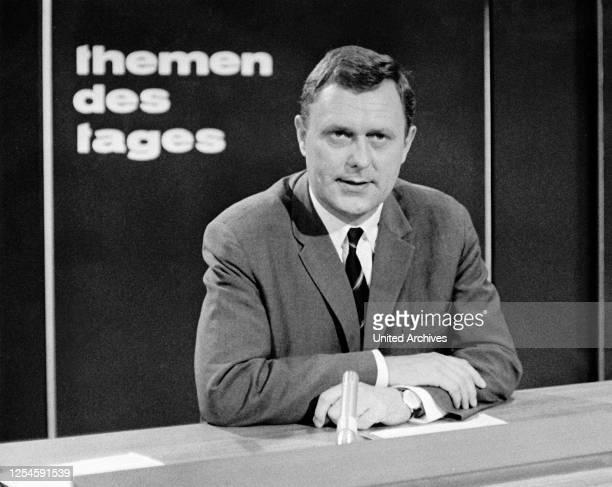 """Der Reporter Gustav Trampe als Moderator der """"themen des tages"""" innerhalb der ZDF Nachrichtensendung, um 1967."""