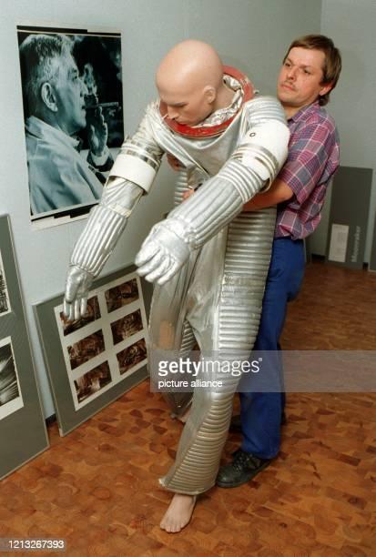Der Restaurator Ulrich Thieme trägt am 14.7.1997 einen der von Ken Adam gestalteten Astronautenanzüge für den 1978 aufgeführten James Bond-Film...