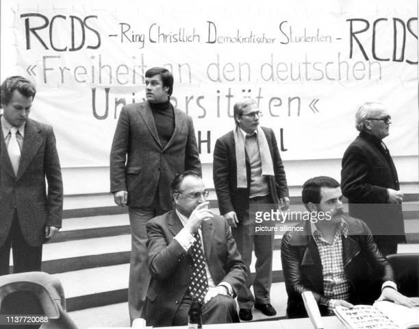 Der rheinlandpfälzische Ministerpräsident und CDUKanzlerkandidat Helmut Kohl trinkt nach seiner Rede am 19 Januar 1976 in der Freiburger Universität...