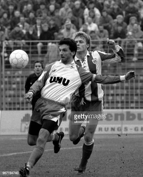 Der Rostocker HansaStürmer Juri Schlünz muß sich des Angriffs eines Akteurs des FCBerlin erwehren Der FC Hansa Rostock gewinnt am des...
