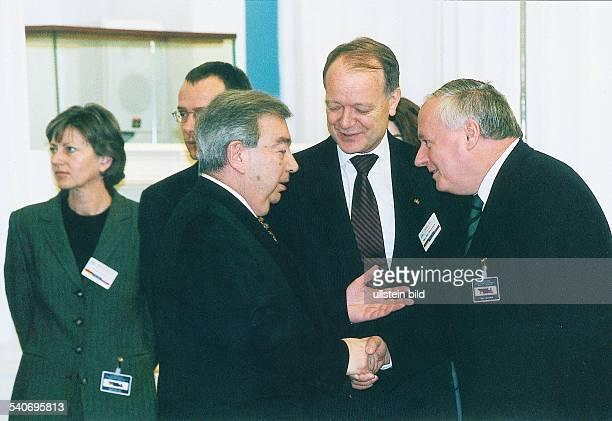 Der russische Ministerpräsident Jewgeni Primakow und Bundesfinanzminister Oskar Lafontaine schütteln sich bei den DeutschRussischen Konsultationen...