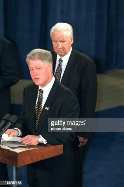 Der russische Präsident Boris Jelzin lauscht dem amerikanischen Präsident Bill Clinton der am 2261997 die Abschlußerklärung der Teilnehmer des...