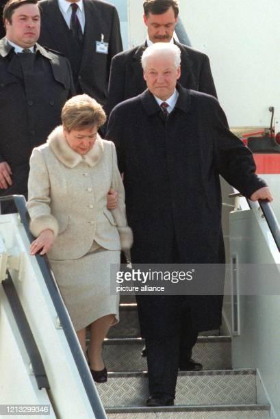 Der russische Präsident Boris Jelzin verläßt am 16.4.1997 auf dem Stuttgarter Flughafen zusammen mit seiner Frau Naina die Präsidentenmaschine....