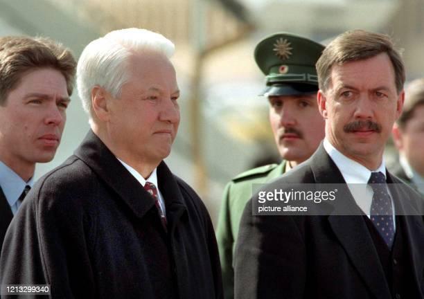 Der russische Präsident Boris Jelzin wird am 16.4.1997 auf dem Stuttgarter Flughafen vom baden-württembergischen Wirtschaftsminister Walter Döring...