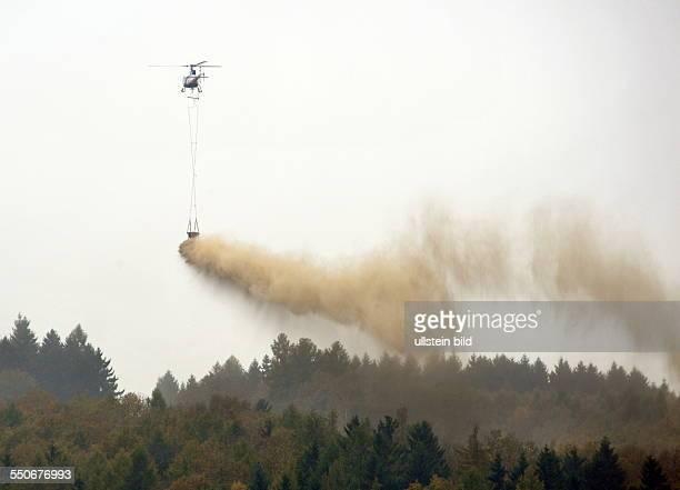 Der Saarkohlenwald im Bereich von Saarbrücken Püttlingen Sulzbach und Quierschied wird zwischen November und Dezember gekalkt fotografiert über dem...