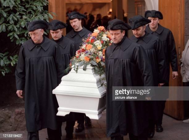 Der Sarg der zehnjährigen Kim Kerkow wird am 1711997 nach der Trauerfeier aus der Schloßkirche Varel getragen Rund 800 Menschen haben Abschied von...