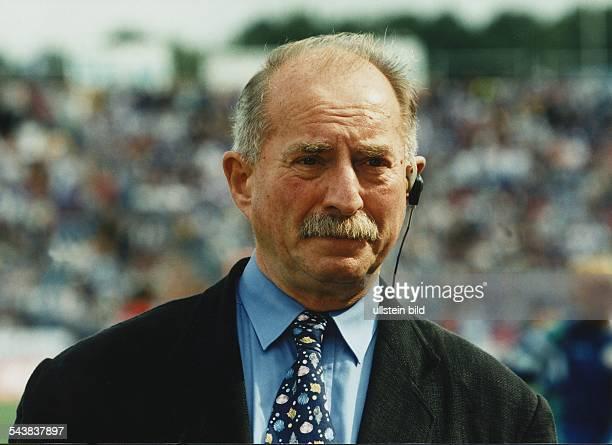 Der SAT1 Reporter Werner Hansch mit einem Kopfhörer am linken Ohr