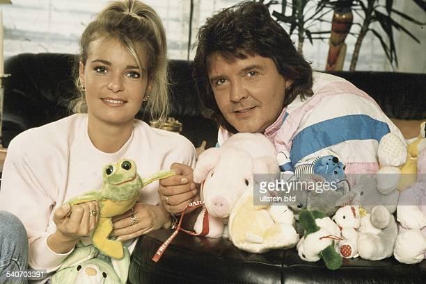 Der Schauspieler Bernd Clüver und seine Ehefrau Anja sitzen hinter einer Reihe von unterschiedlichen Plüschtieren Anja Clüver hält einen PlüschFrosch...