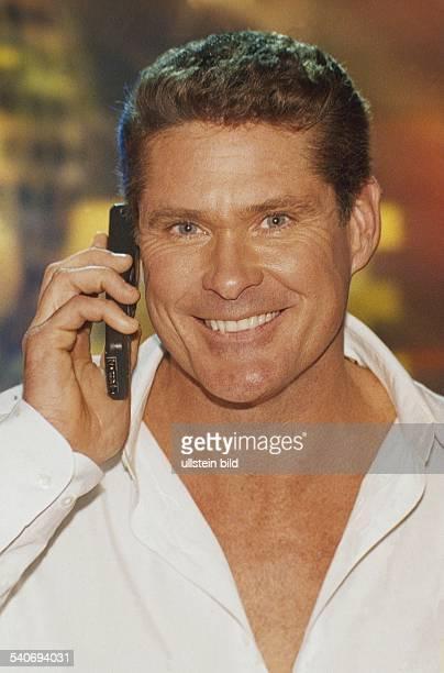 Der Schauspieler David HasselhoffPorträt mit Mobiltelefon 1998