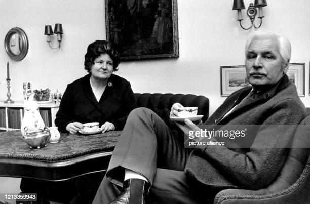 Der Schauspieler Friedrich Schönfelder und seine Gattin, die Schauspielerin und Sängerin Dorothea Schönfelder, aufgenommen am in ihrer Wohnung in...
