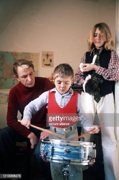 Der Schauspieler Heinz Bennent im Dezember 1977 in München mit seinen Kindern David und Anne Er wurde am 18 Juli 1921 in Stolberg bei Aachen geboren