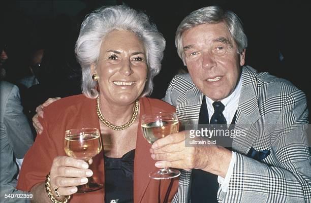 Der Schauspieler Heinz Drache und seine Ehefrau Rosemarie mit Weingläsern in den Händen Undatiertes Foto