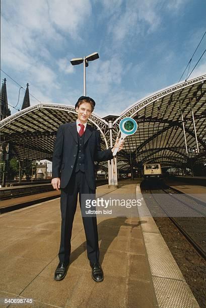 Der Schauspieler Jan-Henrik Schlüter steht in seiner Rolle als 'Zugbegleiter Kalli' in der Fernsehserie 'City-Express' auf dem Bahnsteig des Kölner...