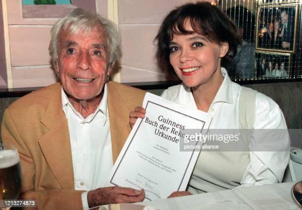 Der Schauspieler Johannes Heesters zeigt am 881997 in München gemeinsam mit seiner Frau Simone Rethel die Urkunde zur Aufnahme ins Guinness Buch der...