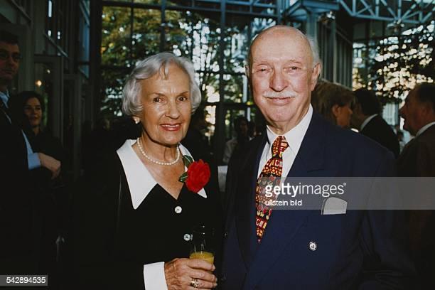 Der Schauspieler Manfred Steffen mit seiner Frau Sigrid 'Siggy' geb Peters auf einer Veranstaltung Sie hält ein Glas Orangensaft in der Hand trägt...