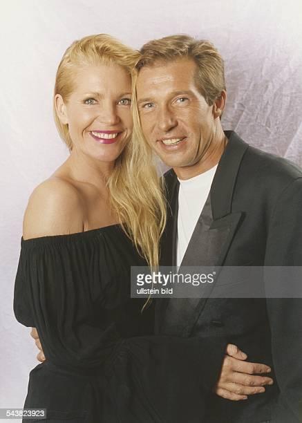 Der Schauspieler Michael Lesch und seine Freundin Christina Keiler umarmen sich Aufgenommen November 1994