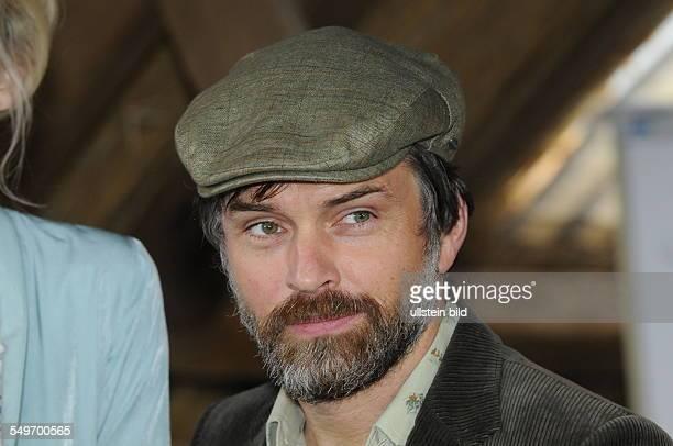 Der Schauspieler Ole Puppe posiert bei einem Fototermin zur Fernsehserie Heiter bis tödlich Zwischen den Zeilen in Wesseling bei Köln