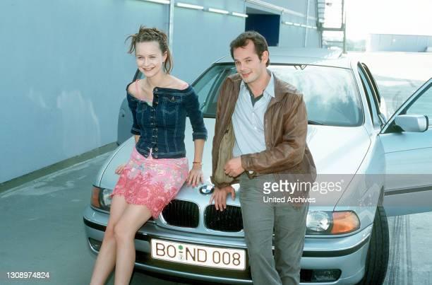 Der schüchterne Kommissar Serafim Schröder nimmt den verhängnisvollen Rat eines Kollegen an, die hübsche Studentin Maria Gorbes mit einem dicken Auto...