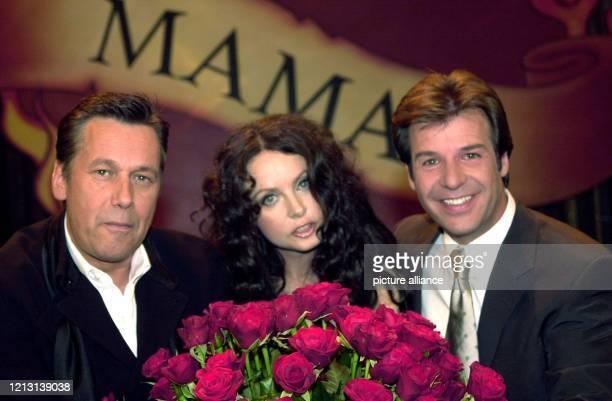 """Der Schlagersänger Patrick Lindner steht am 10.5.2000 in den Münchner Bavaria Studios bei der Vorstellung der Muttertagsgala """"Mama Mia"""" mit seinem..."""