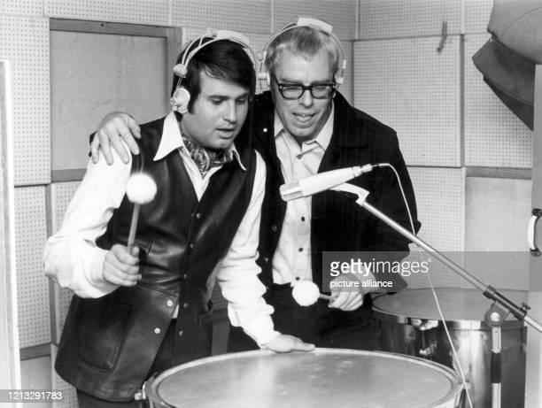 Der Schlagersänger und Komponist Drafi Deutscher und der Produzent Christian Bruhn am in Hamburg im Studio Drafi Deutscher wurde am in Berlin geboren...