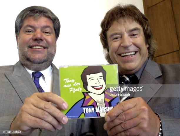 Der Schlagerstar Tony Marshall überreicht am 20.9.2000 in Mainz dem rheinland-pfälzischen Ministerpräsidenten Kurt Beck seine neue CD mit dem Titel...