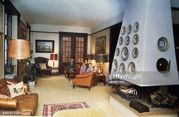 Der Schleswig-Holsteinische Ministerpräsident Uwe Barschel im Wohnzimmer seines Hauses in Mölln mit Ehefrau Freya und zwei seiner Kinder. .