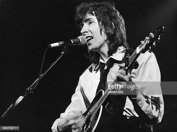 Der schottische FolkRockMusiker Al Stewart singt und spielt Gitarre während eines Auftritts Aufnahmedatum 02121878