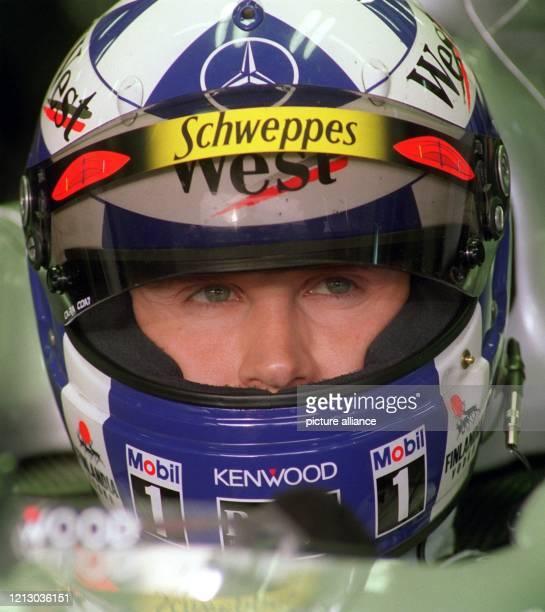 Der schottische Formel 1-Pilot David Coulthard sitzt am 9.2.1999 im Cockpit des neuen McLaren-Mercedes-Rennwagen in Erwartung des Trainingsbeginns...