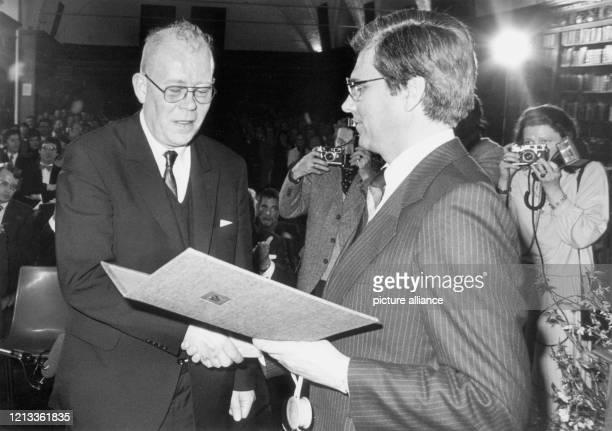 Der Schriftsteller Uwe Johnson wird im März 1979 in Lübeck von Kultursenator Henning Koscielski mit dem Thomas-Mann-Preis augezeichnet. Johnson wurde...