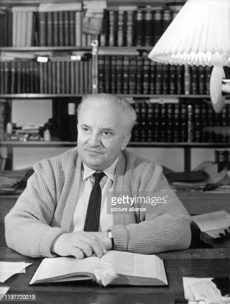 Der Schriftsteller Willi Bredel 1959 in seinem Arbeitszimmer. Bredel wurde am 2. Mai 1901 in Hamburg geboren. 1916 Mitglied der Sozialistischen...