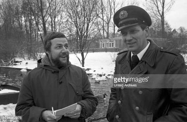 Der Schwanenvater Harald Niess kümmert sich um die Alsterschwäne in Hamburg, Deutschland 1970er Jahre.