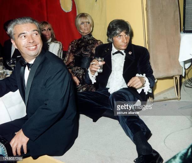 Der Schweizer IndustriellenErbe Playboy und Fotograf Gunter Sachs sitzt mit seiner Braut Mirja Sachs und der Schauspielerin Hildegard Knef auf einem...