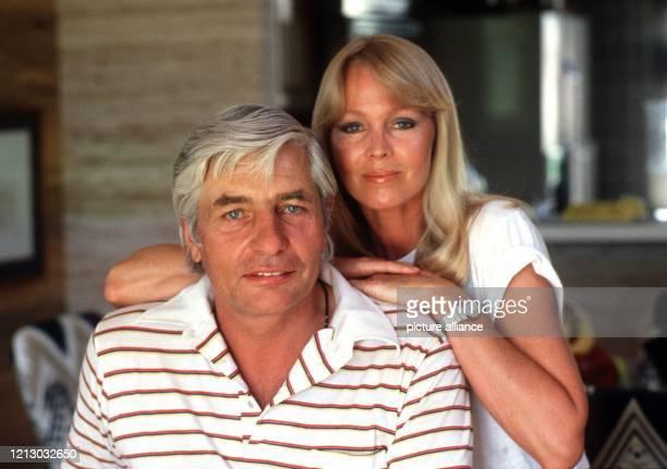 Der Schweizer IndustriellenErbe Playboy und Fotograf Gunter Sachs und seine Frau Mirja aufgenommen in seinem Haus in Palm Springs Am kann der...