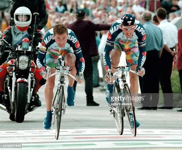 Der Schweizer Radprofi Oskar Camenzind und sein belgischer Mitstreiter Johan Museeuw vom MapeiTeam passieren am 1491997 das Ziel beim Breitling Grand...